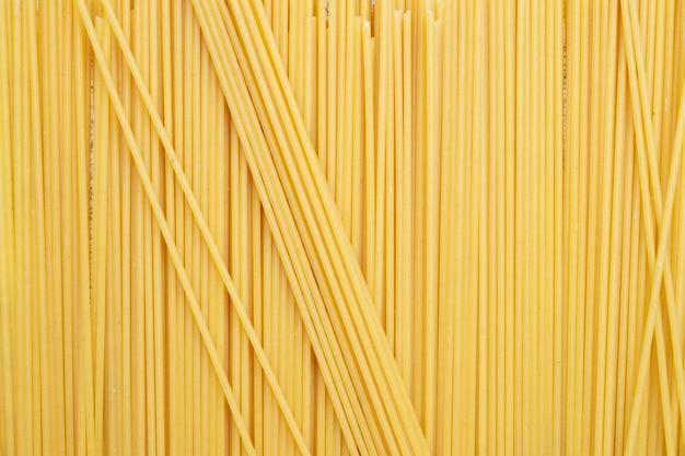 Tipos de macarrão cru. macarrão espaguete seco. . configuração plana, vista superior, moldura preenchida