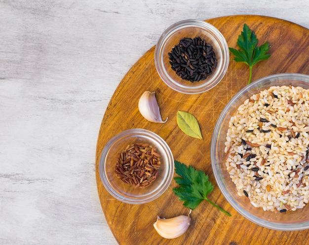 Tipos diferentes de arroz em taças na mesa