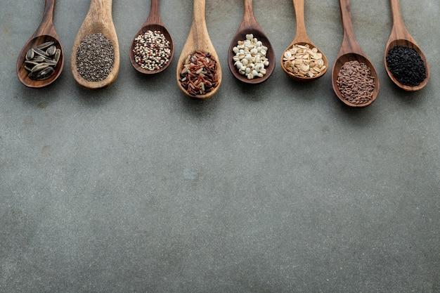 Tipos diferentes de grões e cereais no fundo concreto gasto.