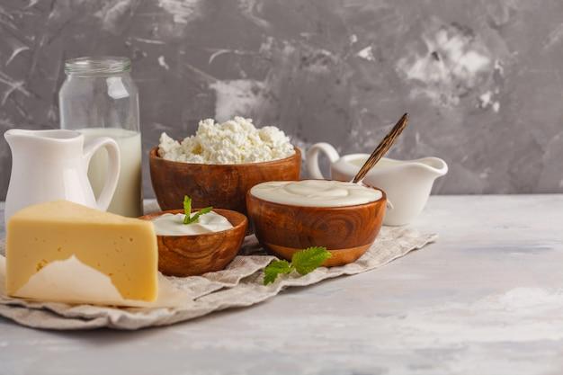Tipos diferentes de produtos lácteos no fundo cinzento branco, espaço da cópia. fundo de comida, conceito de comida saudável