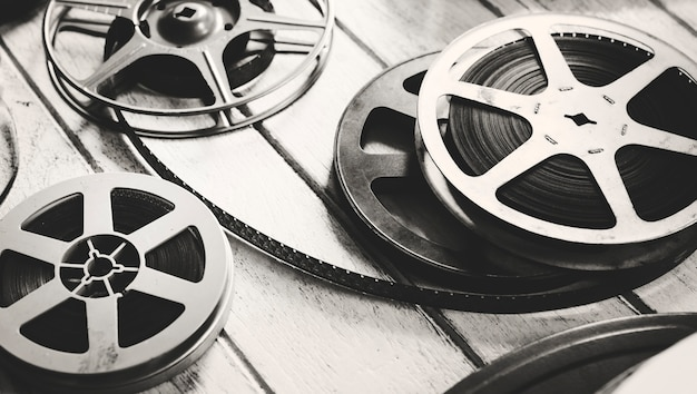 Tira de filme vintage isolada no chão de madeira