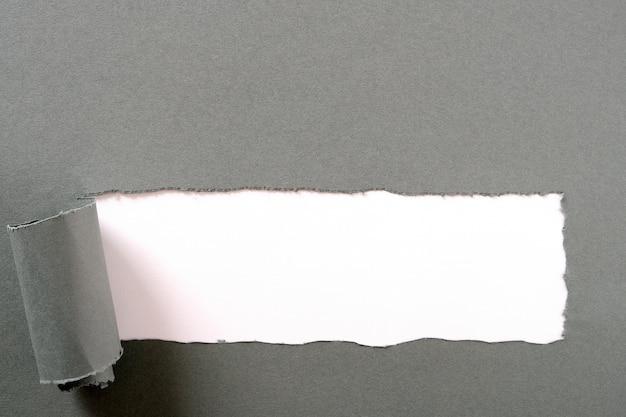 Tira de papel cinza rasgada