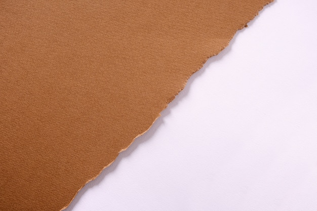 Tira diagonal de papel marrom rasgado