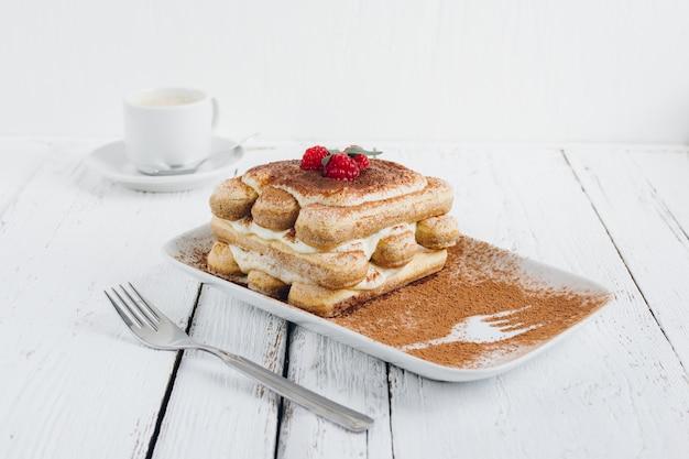 Tiramisu caseiro de sobremesa italiana tradicional com framboesas frescas
