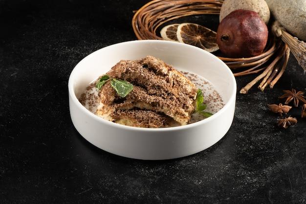 Tiramisu com bolacha de cacau e baunilha. sobremesa doce clássica