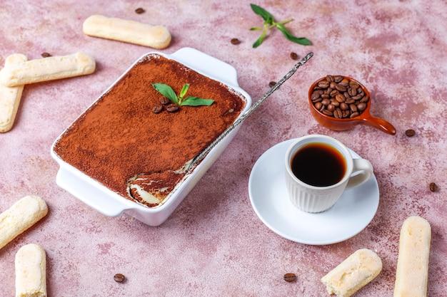 Tiramisu italiano tradicional da sobremesa na placa cerâmica, vista superior.