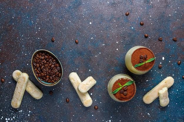 Tiramisu italiano tradicional em um copo, vista superior da sobremesa.