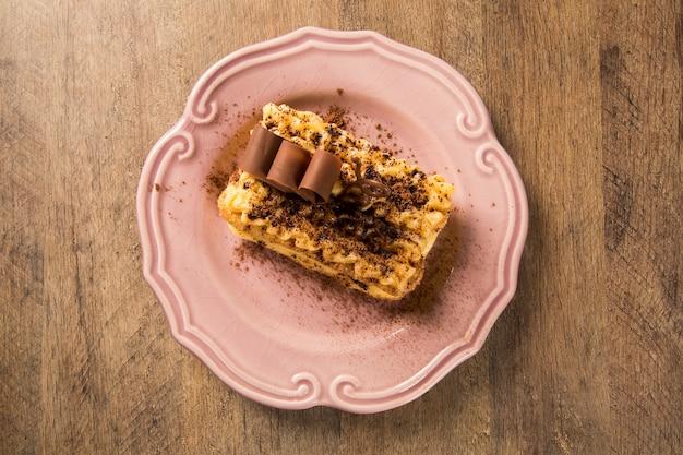 Tiramisu - sobremesa clássica com canela e café. guarnecido com chocolate