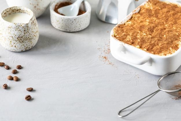 Tiramisu, sobremesa italiana tradicional em um fundo branco. copie o espaço