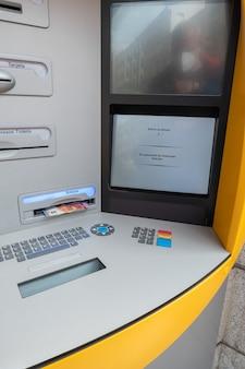 Tirando dinheiro de um caixa eletrônico na rua