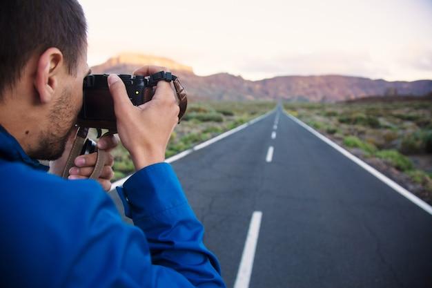 Tirando foto da paisagem da estrada