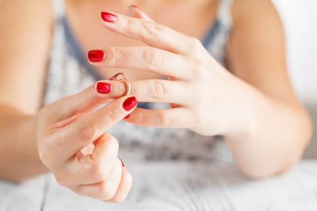 Tirando o anel de casamento