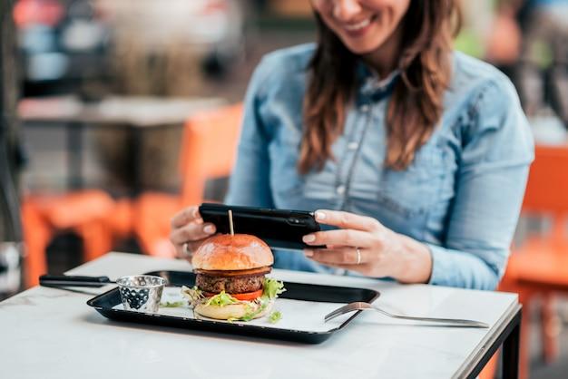 Tirando uma foto de um delicioso hambúrguer.