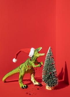 Tiranossauro rex de brinquedo com árvore de natal
