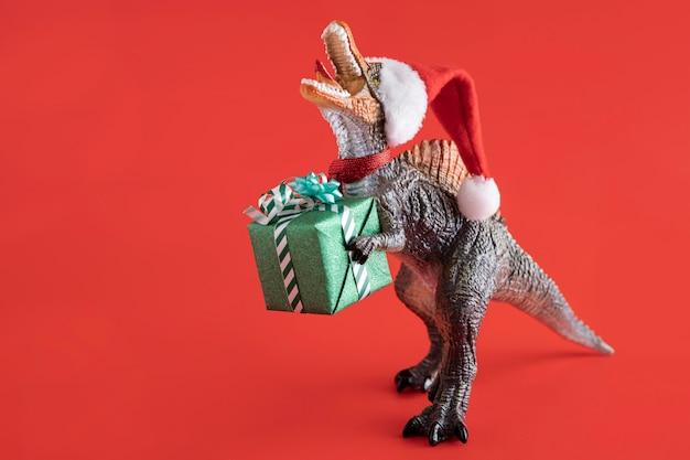 Tiranossauro rex segurando caixa de presente