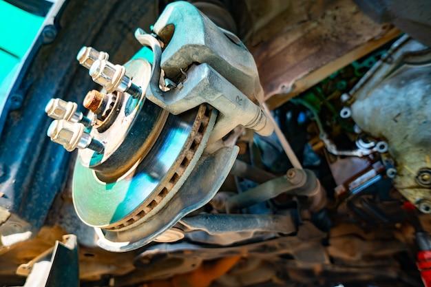 Tirar as rodas do carro para o serviço de carro para reparar, vista de baixo para cima