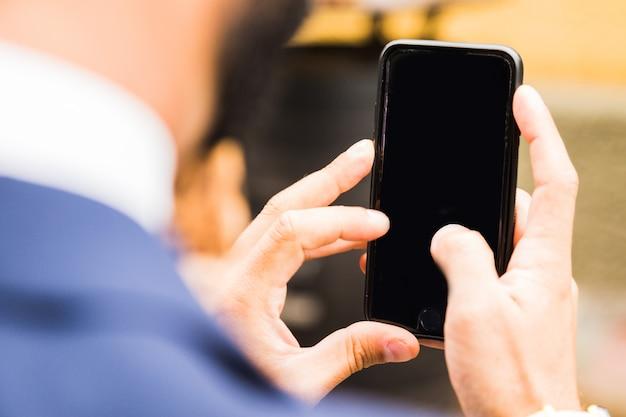 Tirar foto com telefone inteligente móvel com traçado de recorte para a tela