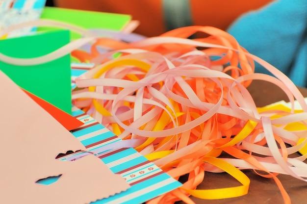 Tiras de papel colorido