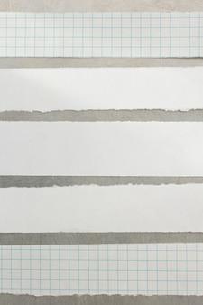 Tiras de papel em fundo de metal
