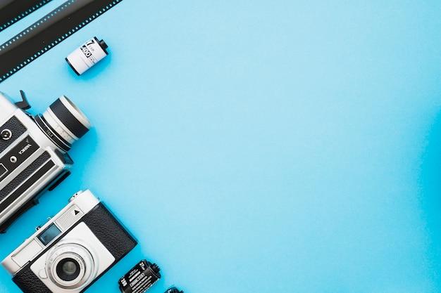 Tiras e rolos de filme perto de câmeras