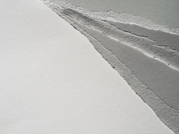 Tiras rasgadas de papel em escala de cinza