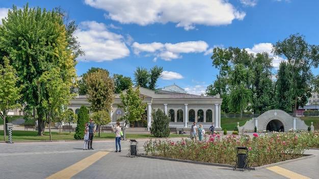 Tiraspol, moldávia 06.09.2021. auditório da exposição do catherine park em tiraspol, transnistria ou moldova, em um dia ensolarado de verão