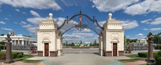 Tiraspol, moldávia 06.09.2021. catherine gate no parque catherine de tiraspol, transnístria ou moldávia, em um dia ensolarado de verão
