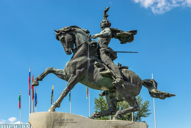 Tiraspol, moldávia 06.09.2021. monumento a alexandre suvorov em tiraspol, transnístria ou moldávia, em um dia ensolarado de verão