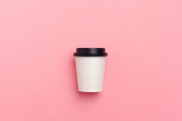 Tire a xícara de café sobre fundo de papel colorido