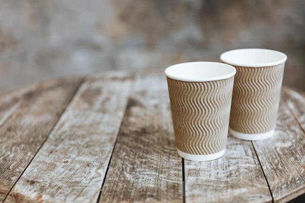 Tire xícaras de café aroma quente com desfoque de fundo