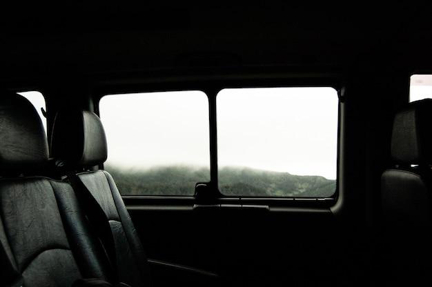 Tiro à queima-roupa de duas cadeirinhas perto da janela dentro de um veículo