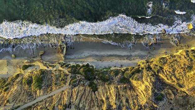 Tiro abstrato de alto ângulo de um ambiente natural selvagem com pedras e árvores