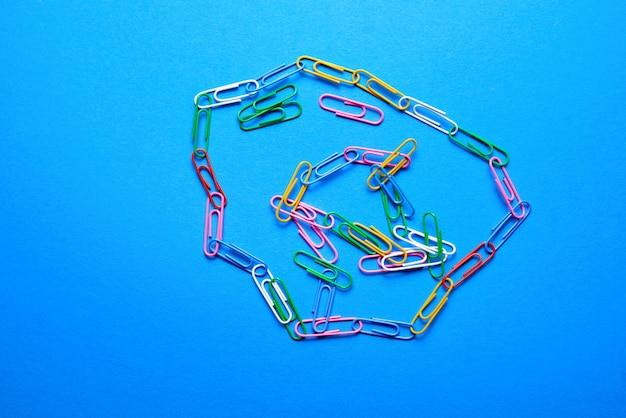 Tiro aéreo de clipes de papel coloridos
