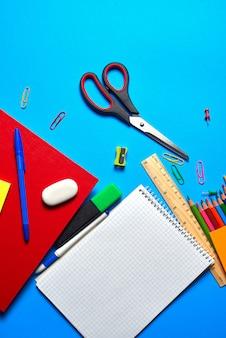 Tiro aéreo de material escolar e de escritório