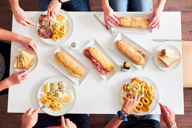 Tiro aéreo de mesa de restaurante com comida