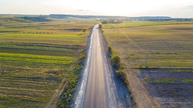 Tiro aéreo do carro na estrada do ponto de vista do zangão