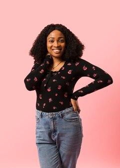 Tiro afroamerican à moda da senhora do estúdio Foto gratuita