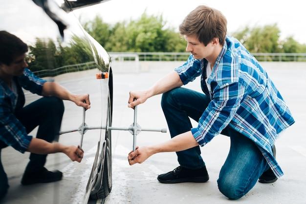 Tiro cheio, de, homem, mudança, pneu
