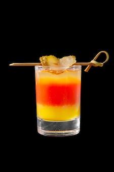 Tiro cocktail com pepino em conserva isolado preto
