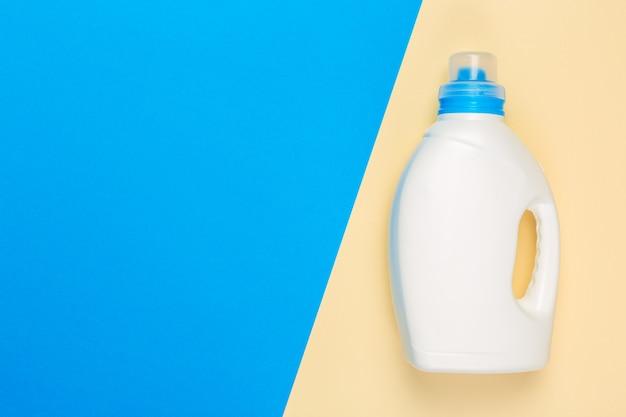 Tiro colorido brilhante de um recipiente plástico dos produtos químicos do agregado familiar.