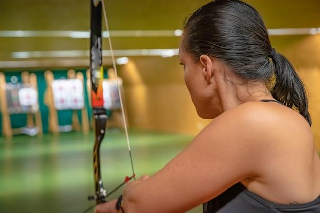 Tiro com arco esportivo no campo de tiro, competição por mais pontos para ganhar a taça
