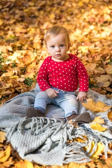 Tiro completo bebê fofo no cobertor ao ar livre
