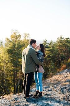 Tiro completo casal adorável ao ar livre