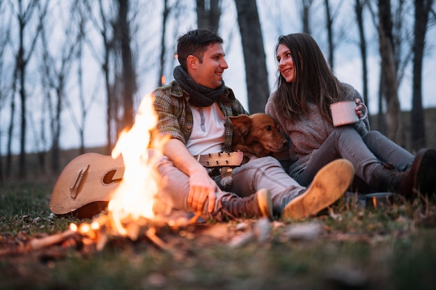 Tiro completo casal feliz na natureza