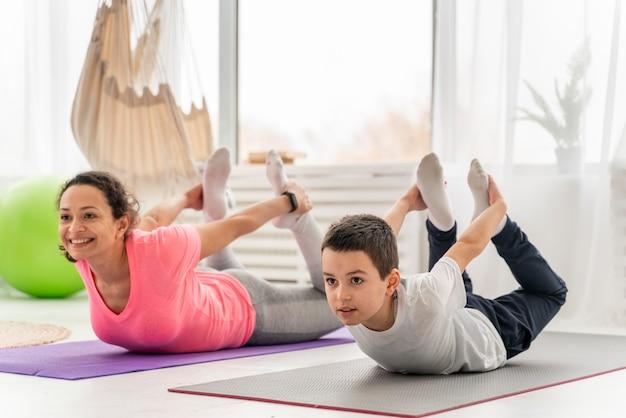 Tiro completo de criança e mulher treinando