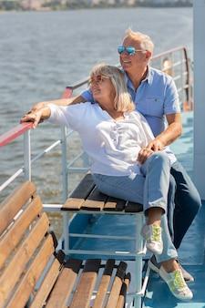 Tiro completo de homem e mulher no barco