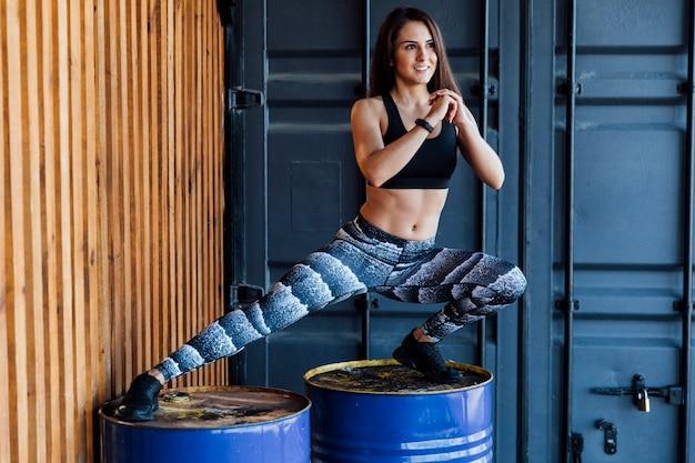 Tiro completo de mulher fazendo lunges