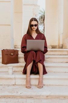 Tiro completo de mulher trabalhando em um laptop