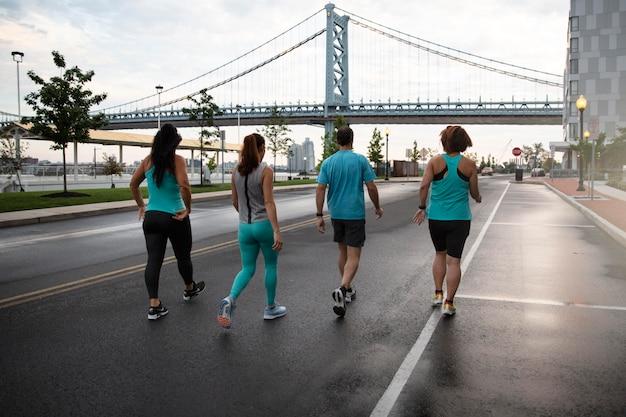 Tiro completo de pessoas correndo ao ar livre Foto gratuita