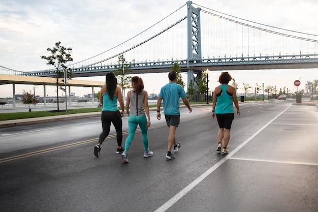 Tiro completo de pessoas correndo na cidade